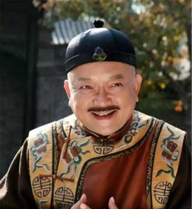 """71岁王刚带小20岁妻子逛街,11岁儿子正面照犹如""""小和珅"""""""