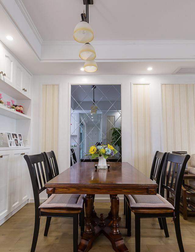 客厅背景墙统一用白色木工板和壁纸打造,棉麻质感的布艺沙发搭配美式