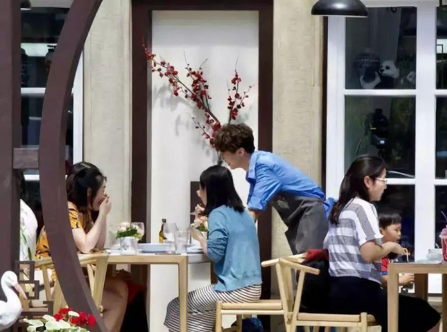 赵薇王俊凯法国买菜上热搜,但《中餐厅2》不让中国人进餐厅是什么操作图片
