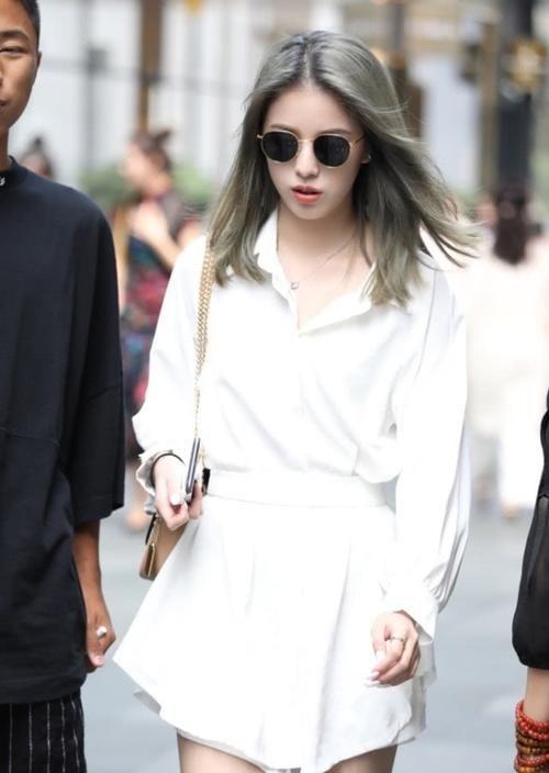 小姐姐身上穿了一件白色的短袖,小姐姐的大长腿插图(5)