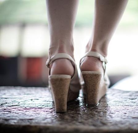 高跟鞋穿一天脚又累又疼!教你一个小技巧,再也不用担心累脚