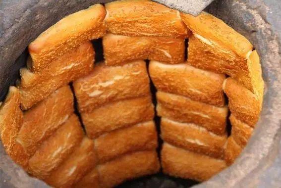 ▽ 正定八大碗 正定缸炉烧饼 ▽ 该品制作是用大缸做炉子,将烧饼生坯图片