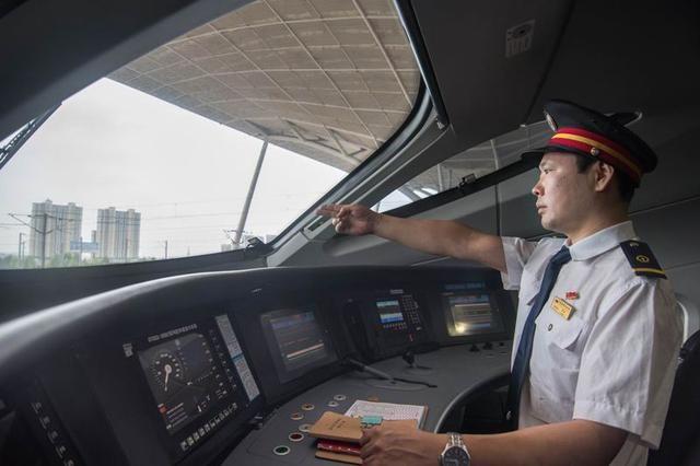 高铁司机月工资到底有多少?看完才觉得让人揪心