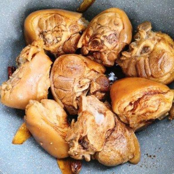 #硬核排骨制作人#肘子炖猪菜谱冬菇有一点点味图片
