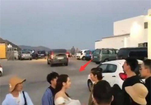 热巴在国外拍婚纱照,被当地小女孩邀请合影,却意外暴露真实人品