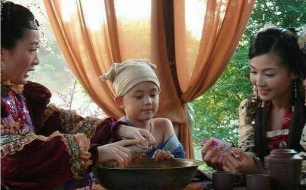 这是吴磊小时候拍摄的一部古装电视剧,这应该是在帮小吴磊擦拭身体,露