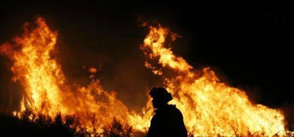 """加州山火肆虐,5万民众撤离,联邦调派轰炸机""""炸灭""""大火"""