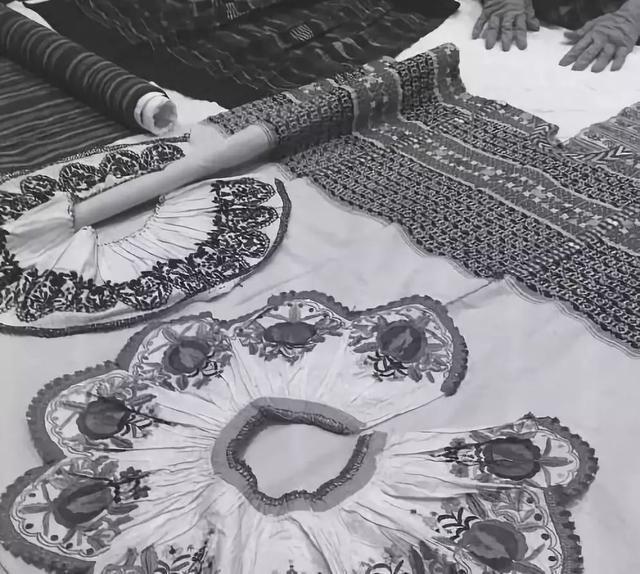 这是一种宽松的长方形服饰,顶端开个洞,套头穿着,根据不同的长度决定