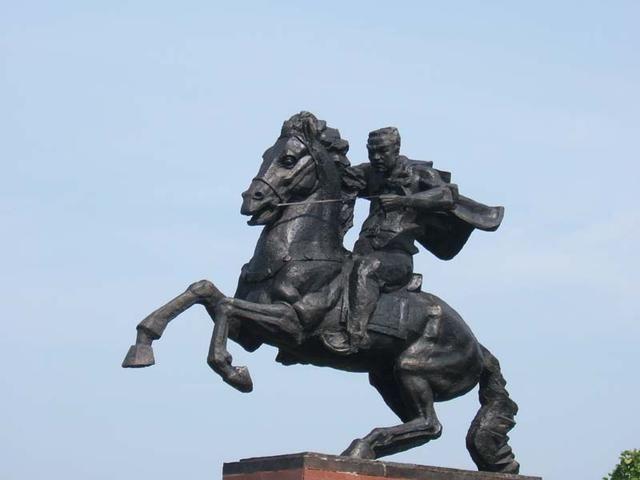此抗日英雄,潜伏日营做马倌,成功刺杀日军中将后毅然投江殉国