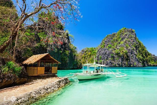 长滩岛是菲律宾中部的一座岛屿,属于西米沙鄢群岛,位于班乃岛西北2公里,是菲律宾的旅游胜地之一。 长滩岛属于热带海洋气候,行政区划属西米沙鄢大区的阿克兰省。其按照开发的顺序分S1、S2、S3三个区域,有雅泊,塔博海峡等景点。 ,超多水上运动,梁静茹结婚地! 热带岛屿惯有的碧海、蓝天、白沙、椰林,长滩岛一样也不少;所有够刺激、够好玩的水上活动,这里也样样都有;丰富的夜生活、廉价的异国美食、200家不同价位特色的渡假饭店,在长滩岛,不怕玩不到、吃不到,只怕你没有足够的时间来享受。消除运动后的疲劳、阳光造成的