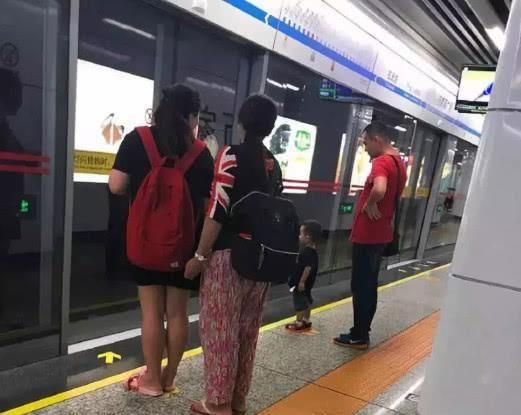 熊孩子在电梯里蹦跳,其母:孩子还小不懂事,00后姑娘霸气回怼