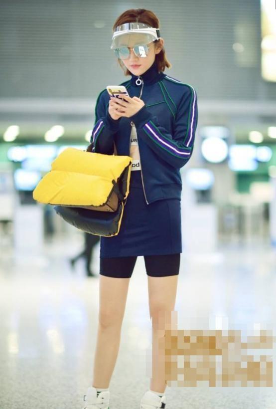 景甜机场上身长袖外套下身短裙配短裤,背冬季包包,手机壳抢眼!
