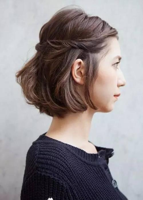 少量头发扎起来,注意要留出一部分额前碎发,这样显得发型更加自然随意