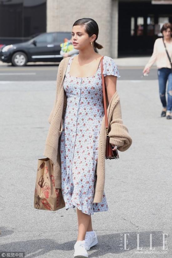 潮人身穿深蓝色灯芯绒方领拼接开衩连衣裙,夸张的领口设计平衡了露肤