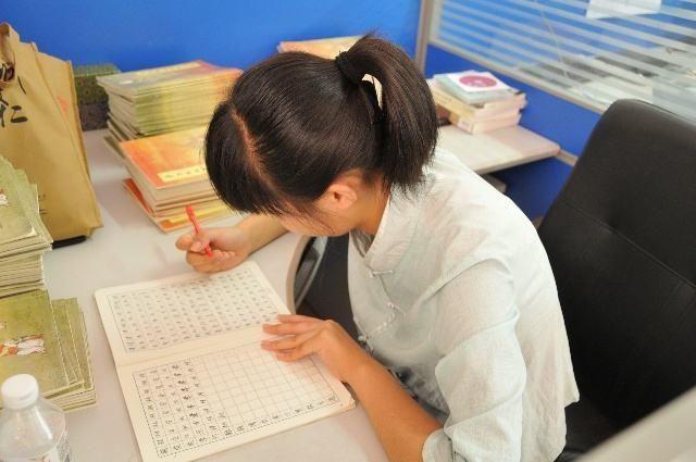 老师把批改作业这个任务交给家长,遭到家长的质疑,孰对孰错