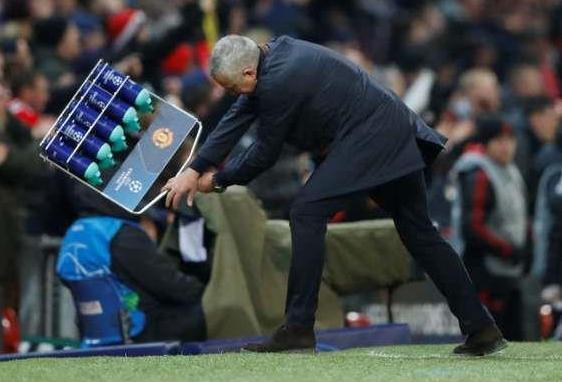 曼联绝杀晋级欧冠16强, 穆里尼奥激动狂摔水瓶