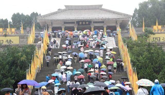 陕西延安,游客冒雨畅游黄帝陵景区轩辕庙