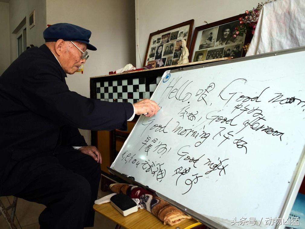 真学霸 102岁老人学英语笔记工整板书流利