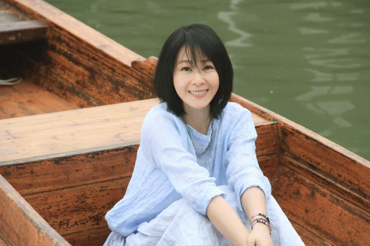 49岁刘若英晒近照,发长文回应不营业依然忙碌:陪孩子老公父母