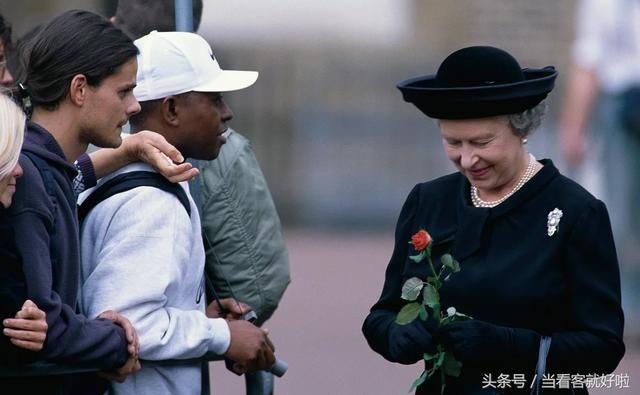 戴安娜王妃葬礼上,英国女王这一动作缓和了英国民众的