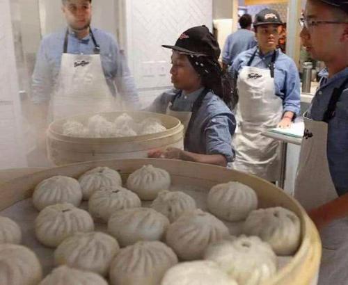 美国小姐姐试吃中国包子吃完一笼后:汉堡是垃圾