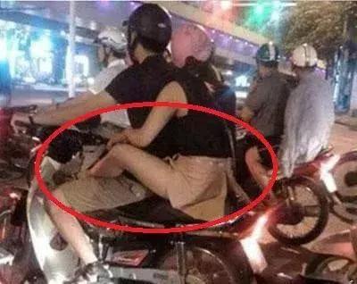 搞笑GIF:妹子你这是第一次坐摩托车吧,这坐姿容易让别人误会啊