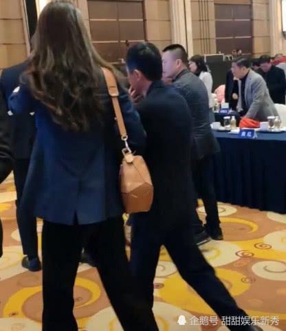 马云出席活动,身旁1米8的保镖焦点美女比基尼_手机壁纸成为1美女图片