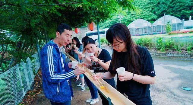 """日本最脏美食""""流水面"""",中国游客尝试后吐槽:这是在吃口水吧?"""