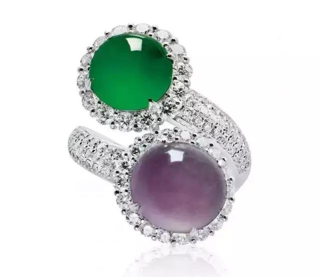 推荐 正文  缅甸天然翡翠配钻石戒指及耳环套装,耳环的设计稍显独特