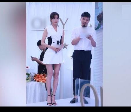 林志玲西装裙秀美腿:甜笑气质亲和力十足