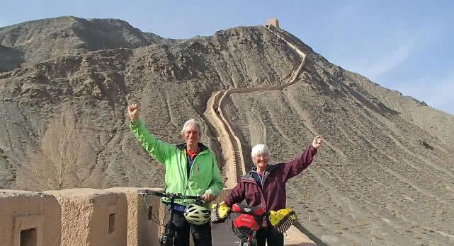 """年过""""六旬""""的英国夫妻,历时18个月,骑单车到中国长城"""