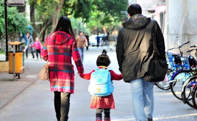 """放学后,妈妈接娃和老人接娃有啥区别?别不信,这些都是""""内伤"""""""