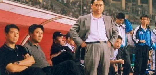当年他争议判罚导致王健林退出中国足坛,如今他过成这样!