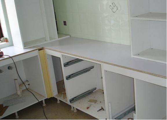 橱柜安装万万要加这个东西,聪明人一看就懂,省钱美观还耐用!