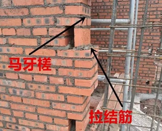 砖混结构的房屋整体性能极差,所以一定要设置构造柱和圈梁一起形成一