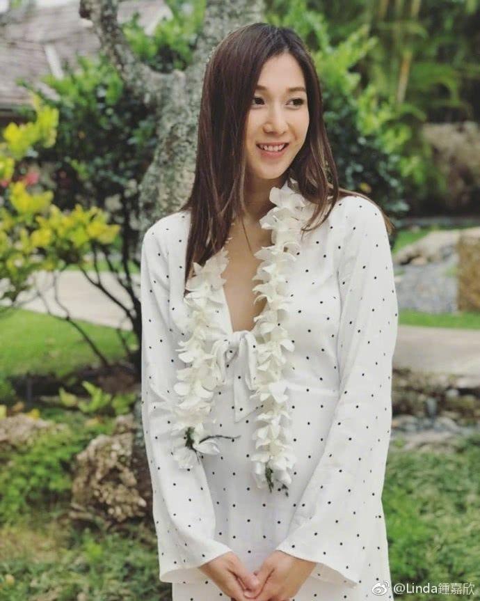钟嘉欣度假晒孕照肚皮隆起孕味十足,白点长裙甜美可爱