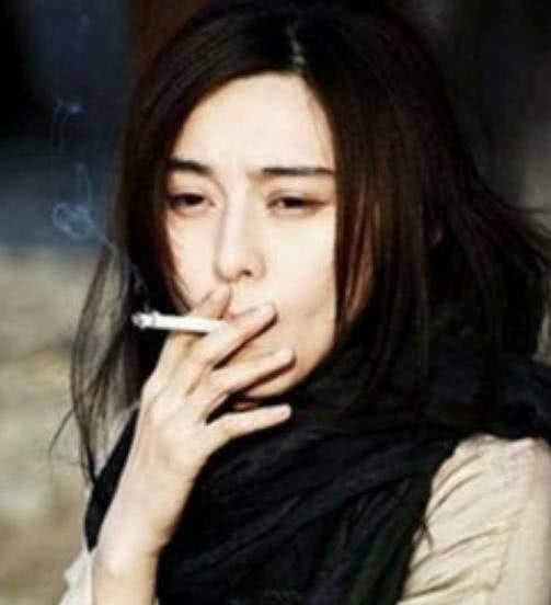 吸烟的女明星名单_女星吸烟照,郑爽的吸烟,baby的吸烟,都没她霸气!