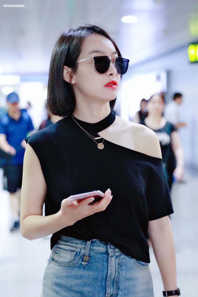 宋茜戴墨镜穿黑色卫衣搭配牛仔短裙现身机场,皮肤白皙
