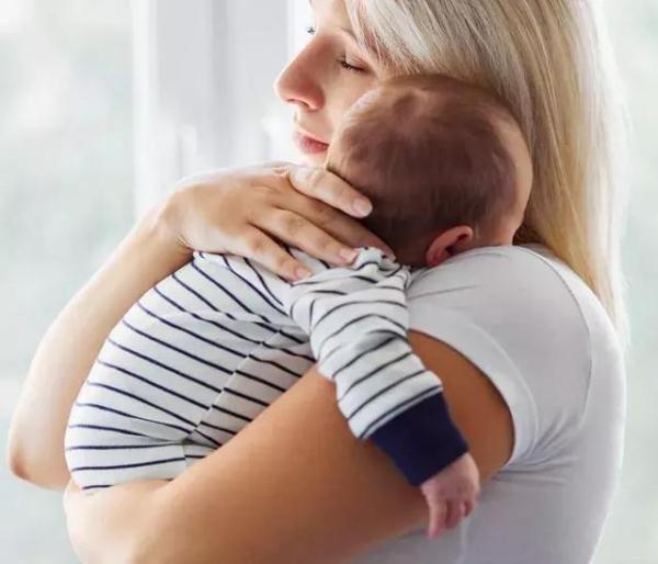 抱娃姿势不当,可能会伤害宝宝颈椎,看看正确的