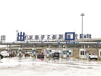 自驾车漯河到郑州机场停车楼飞机场周边都会有那种便宜的停车场,你
