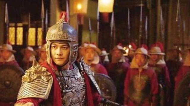 皇帝犒赏士兵们吃西瓜,看到将军做了个动作,立马下令:除掉将军