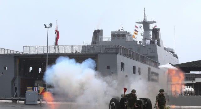 菲律宾派船坞登陆舰参加俄海军日阅兵!块头是同场越南战舰好几倍