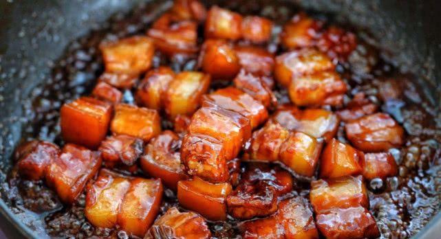 做红烧肉,收汁时油很重?厨师告诉我,有一步做错了,看着都腻