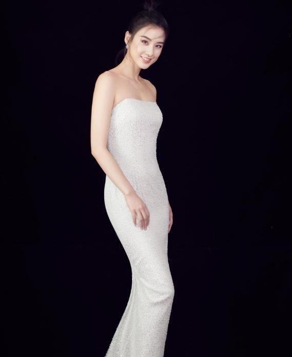 "<b>黄圣依瘦得过分,这么紧的裙子都穿不满,轻松秀出""水蛇腰""</b>"