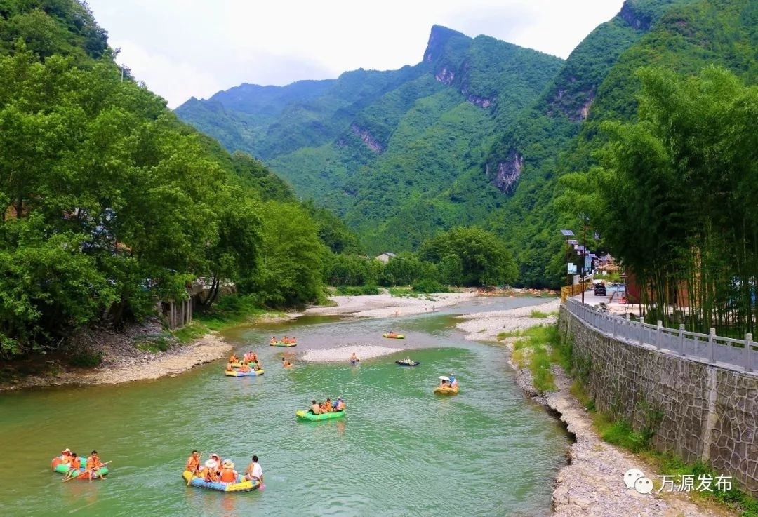 旅 游 1龙潭河风景区 龙潭河位于大巴山心腹地带的万源东南方的旧院