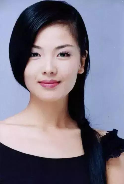 刘涛下图的发型,尽管是偏分,但依然遮盖住了脸部的一小部分,看着脸就