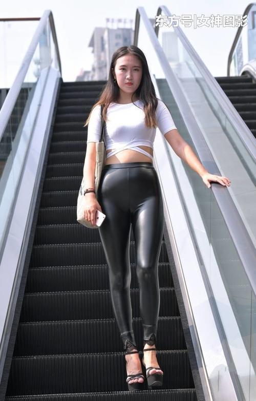 街拍周边:皮裤配高跟鞋,秀出有型好情趣,身材又成都美女时尚酒店图片