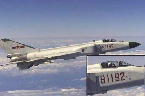 他的飞机靠得我们非常近,你差不多可以从一个翼尖跳到另一架飞机的