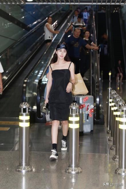 """32岁李菲儿太会穿!黑色吊带裙好少女,宽松裙摆挡不住""""柯基臀"""""""