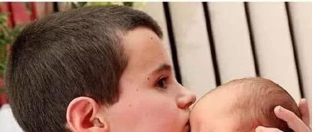 13岁男孩当爹,成全世界最年轻爸爸,得知孩子母亲年龄后,懵圈
